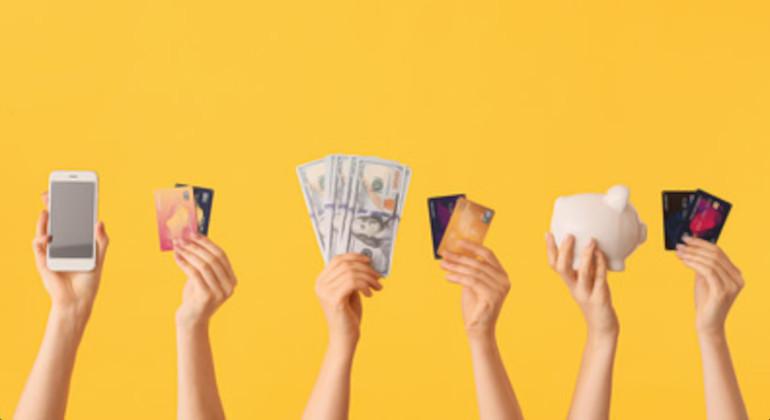 várias mão segurando várias formas de pagamento